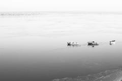 一些条小船在海岸附近的海 免版税库存图片