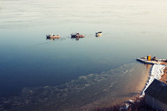 一些条小船在海岸附近的海 图库摄影