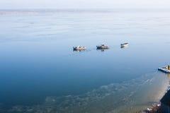 一些条小船在海岸附近的海 免版税图库摄影