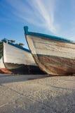 一些条渔夫小船船尾在海岸的 库存图片