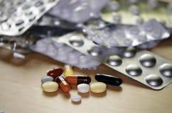 一些药片、片剂,胶囊和包装 库存照片