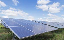 一些薄膜太阳能电池或在太阳能发电厂轮的无定形的硅太阳能电池向天空吸收从的阳光 库存图片