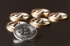 一些金和银币bitcoin在黑暗的背景的边缘说谎或停留 库存图片