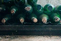 一些非常老和多灰尘的酒瓶在葡萄酒库里 免版税库存照片
