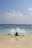 一人跳跃的飞溅入水 免版税库存图片