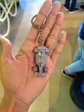 一件人陈列汽车珠宝的手在首饰店的 库存照片