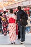 一件和服的女孩在城市街道,东京,日本上 复制文本的空间 垂直 回到视图 免版税库存照片