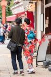 一件和服的女孩在城市街道,东京,日本上 复制文本的空间 垂直 库存照片