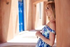 一件夏天蓝色礼服的美丽的白肤金发的妇女在南欧洲 图库摄影