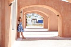 一件夏天蓝色礼服的美丽的白肤金发的妇女在南欧洲 库存照片
