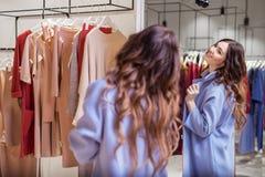 一件外套的女孩在镜子 库存图片