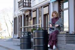 一件外套的妇女在城市 库存图片