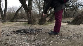 一件夹克的一个人有敞篷的在春天公园走 股票录像