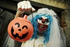 一件新娘礼服的可怕邪恶的小丑在万圣夜 图库摄影