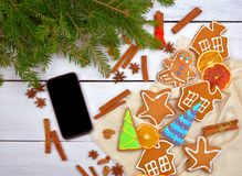 一件时兴的礼物是智能手机 在一张木桌上的电话 现代生活方式 顶视图 库存图片