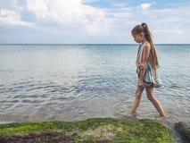 一件明亮的礼服的十几岁的女孩由海 您系列节日快乐的夏天 库存照片