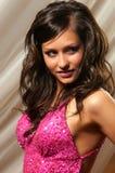 一件桃红色礼服的俏丽的妇女 免版税库存照片
