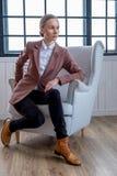 一件棕色夹克的偶然少妇 免版税库存图片