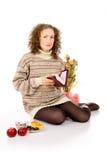一件毛线衣的女孩与圣经的书 库存照片