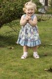 一件淡紫色礼服的小女孩有金发的 免版税库存照片