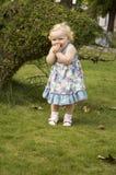 一件淡紫色礼服的小女孩有金发的 免版税库存图片