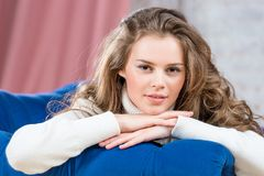一件温暖的毛线衣的一个美丽的微笑女孩 库存图片