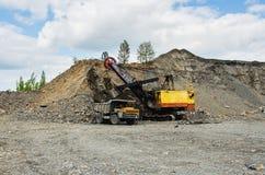 一件猎物的发展硅土耐火岩石的提取的 免版税库存照片