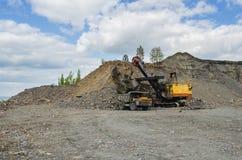 一件猎物的发展硅土耐火岩石的提取的 免版税库存图片