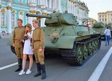 一件白色礼服和战士的盔甲的女孩是被拍摄的机智 库存图片