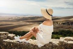 一件白色礼服的一个女孩看一个草甸 旅行,休息,假期 突尼斯 免版税库存图片