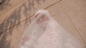 一件白色礼服的一美女再关闭并且张开她的面孔与她的礼服 她在照相机使用 美好的微笑 股票录像