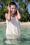 一件白色礼服的妇女在海 免版税库存图片