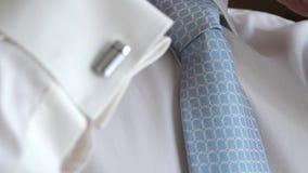一件白色衬衣的人调直他的衣领和领带 特写镜头 股票视频