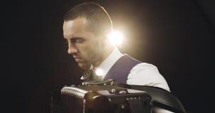 一件白色衬衣的手风琴师播放手风琴 股票录像