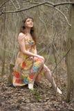 一件礼服的女孩在一个密集的森林里 免版税图库摄影