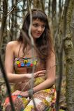 一件礼服的女孩在一个密集的森林里 库存图片