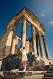 一件礼服的女孩在废墟 国会大厦 旅行,假期 突尼斯,杜加 库存照片