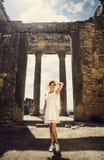 一件礼服的女孩在废墟 国会大厦 旅行,假期 突尼斯,杜加 库存图片