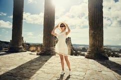 一件礼服的女孩在废墟 国会大厦 旅行,假期 突尼斯,杜加 图库摄影
