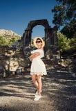 一件礼服的女孩在废墟 旅行,假期,旅途 突尼斯 库存图片