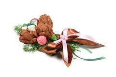 一件礼物的独特的手工制造装饰以从纸和云杉的枝杈的三朵棕色花的形式 库存图片