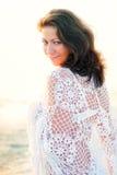 一件空白披肩的愉快的女孩 图库摄影