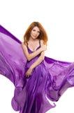 一件紫色礼服的红发女孩 免版税库存图片