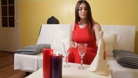 一件红色礼服的一个女孩出现蜡烛,一顿浪漫晚餐的玻璃 浪漫 正餐 影视素材