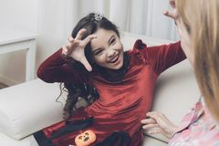 一件红色礼服的一个女孩描述一个妖怪 库存照片