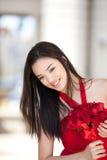 一件红色礼服的俏丽的女孩 免版税库存照片
