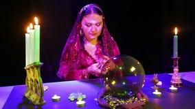 一件红色礼服的吉普赛人在围巾拖曳在蜡烛的反射的卡片 股票视频