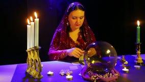 一件红色礼服的吉普赛人在围巾计划在蜡烛的反射的卡片 影视素材