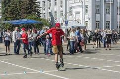 一件红色衬衣的溜冰鞋年轻人 图库摄影