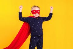 一件红色雨衣和面具的超级英雄小女孩 免版税库存图片